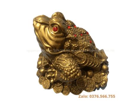 Tượng cóc phong thủy bằng đồng vàng mộc