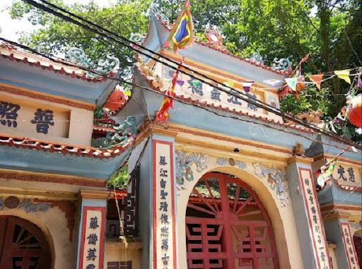 Cổng bên ngoài đền Xích Đằng